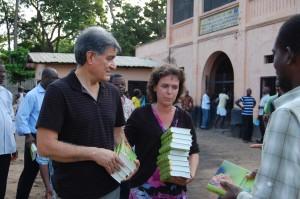 Marco et Joice distribuant des Bibles aux prionniers