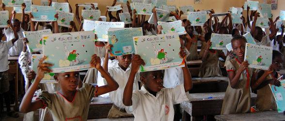 Les enfants togolais assimilent les récits bibliques en les coloriant